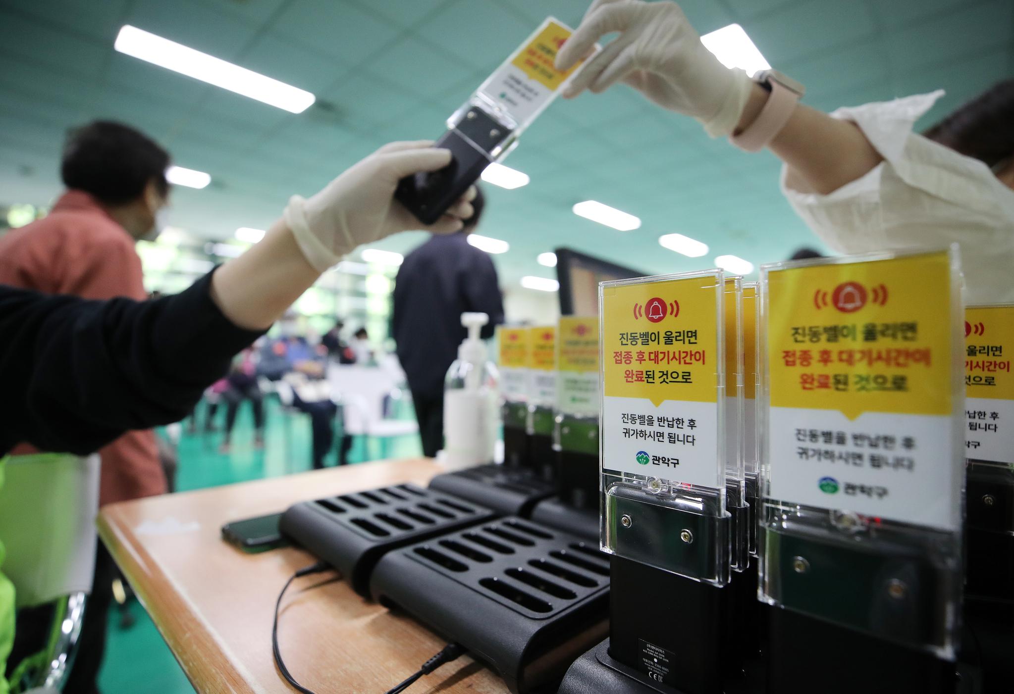 지난 7일 오후 서울 관악구 코로나19 예방접종센터에서 한 어르신들이 백신(화이자) 접종 이상 반응 관찰을 위해 대기하고 있다. 뉴스1