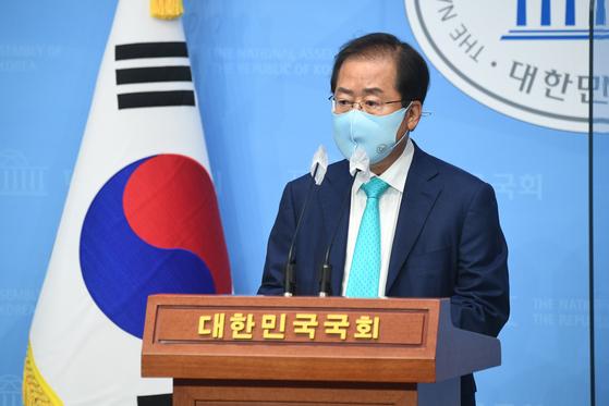 홍준표 무소속 의원이 10일 오전 서울 여의도 국회 소통관에서 기자회견을 열고 국민의힘에 복당할 것을 밝히고 있다. 오종택 기자