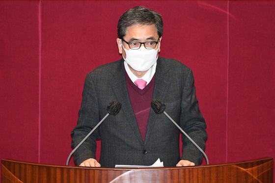 곽상도 국민의힘 의원이 지난 2월 26일 오후 서울 여의도 국회에서 열린 본회의에서 가덕도신공항 건설을 위한 특별법안에 대한 토론을 하며 반대 입장을 표명하고 있다. 뉴스1