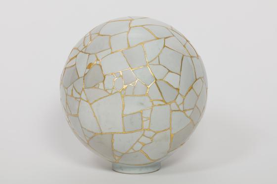 한국 작가 이수경의 '도자 작품. yung Translated Vases s—The Moon 3, 2007 Ceramic shards, epoxy resin, gold leaves. 지름 34 cm. [사진 Sigg Collection]