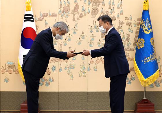 문재인 대통령이 12일 오전 청와대에서 천대엽 신임 대법관에게 임명장을 수여하고 있다. 연합뉴스