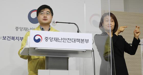 코로나19 브리핑하는 중수본 윤태호 방역총괄반장. 연합뉴스