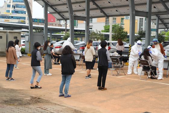 지난 11일 전남 여수시청 본청사 주차장에서 시청직원들이 코로나19 진단검사를 받기 위해 줄을 서 있다. 뉴시스