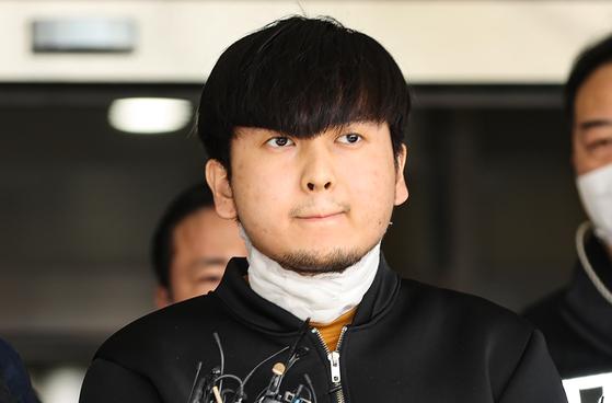 살인 등 혐의로 기소된 김태현이 지난 4월9일 오전 서울 도봉경찰서에서 나오다 마스크를 벗고 있다. 연합뉴스