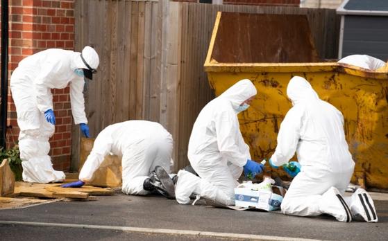 영국 경찰 과학수사대가 살해 증거를 찾기 위해 쓰레기통을 뒤지고, 바닥을 뜯어 안을 들여다보고 있다. [트위터 캡처]