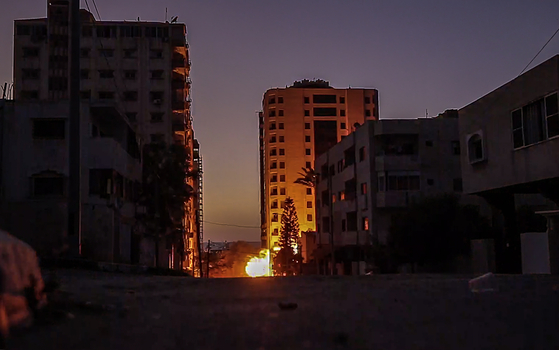 11일 이스라엘의 보복 공습을 받은 가자지구의 건물히 화염에 휩싸였다. [EPA=연합뉴스]