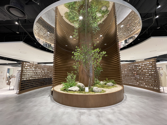 롯데몰 여수점에 설치한 '크리스탈 트리'. 스트리트 주얼리 브랜드 '은가비'와 협업해 바닥부터 천장까지 닿는 원형 기둥을 장식했다. [사진 롯데쇼핑]