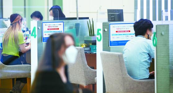 국채 금리 등 시장금리가 상승하면서 은행 대출금리도 상승하고 있다. 사진은 11일 서울의 한 은행 창구에서 고객들이 업무를 보는 모습. [뉴스1]