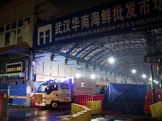 중국 우한의 화난수산시장은 코로나19 바이러스 발원지로 주목 받았다.  [AFP=연합뉴스]