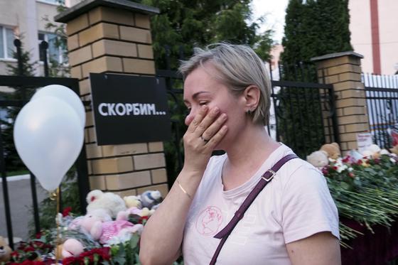 지난 11일(현지시간) 러시아 카잔시의 한 학교에서 총기 난사 사건이 발생해 9명이 숨지고, 21명이 부상당했다. 해당 학교에는 희생자의 명복을 기리는 꽃이 놓였고, 시민들은 추모를 위해 학교를 방문하고 있다. [AP=연합뉴스]