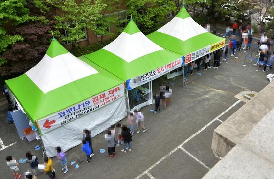 대전의 한 보건소에 설치된 코로나19 선별검사소를 찾은 시민들이 검사를 받기 위해 차례를 기다리고 있다. 프리랜서 김성태