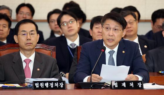 2019년 10월 김형연 당시 법제처장(오른쪽)이 국회 법제사법위원회 종합 국정감사에서 의원들의 질의에 답변하고 있다. 변선구 기자