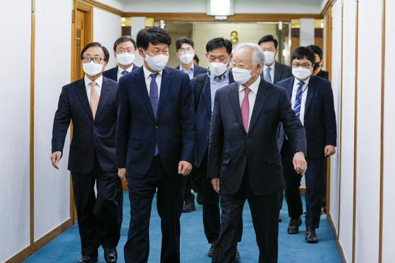 안경덕 고용노동부 장관(앞줄 왼쪽)과 만난 손경식 경총 회장. 뉴스1