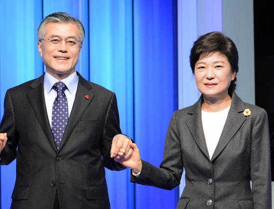 2012년 12월 대선 당시 민주통합당 문재인 후보와 새누리당 박근혜 후보가 방송 토론을 하기에 앞서 손을 잡고 사진을 찍고 있는 모습. 중앙포토