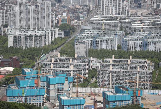 전반적으로 아파트 거래가 줄어든 상황에서 서울 대형 아파트는 거래 비중이 늘고, 가격도 오르고 있다. 서울 강남구 대모산 전망대에서 바라본 강남 아파트 일대. 연합뉴스