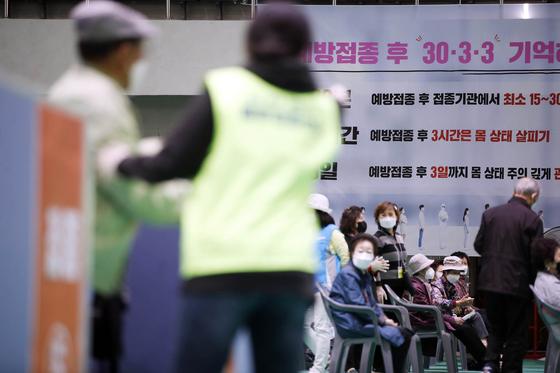 지난달 30일 오후 광주 북구 코로나19 예방접종센터에서 보건소 의료진이 75세 이상 어르신들에게 화이자 백신 접종을 하고 있다. 연합뉴스