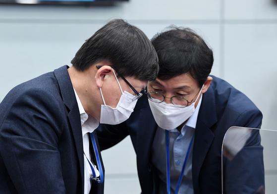 이호승(오른쪽) 정책실장이 11일 오전 청와대 여민관에서 열린 제20회 국무회의에서 임서정 일자리수석과 대화하고 있다. 청와대사진기자단