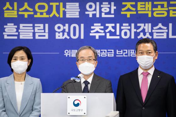 김수상 국토교통부 주택토지실장(가운데)이 12일 정부세종청사에서 열린 제7차 위클리 주택공급 브리핑에서 발언하고 있다.  연합뉴스