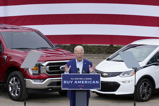 조 바이든 미국 대통령이 지난해 9월 선거운동 당시 미국 미시간 주에 있는 UAW 본부를 찾아 연설하고 있다. 바이든 대통령의 뒷편에는 포드 차량(왼쪽)과 GM의 전기차 볼트가 나란히 서 있다. [AP=연합뉴스]