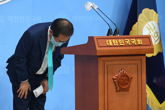 홍준표 무소속 의원이 지난 10일 오전 서울 여의도 국회 소통관에서 기자회견을 열고 국민의힘에 복당할 것을 밝히고 있다. 오종택 기자