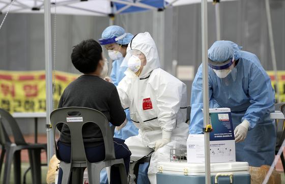 12일 오전 울산 동구 한 초등학교 운동장에 마련된 신종 코로나바이러스 감염증(코로나19) 임시 선별진료소에서 학생들이 검사를 받고 있다. 이날 이 학교 학생 2명이 코로나19 확진 판정을 받았다. 뉴스1