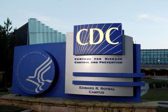 미국 질병통제예방센터(CDC)가 12일(현지시간) 화이자-바이오엔테크의 코로나19 백신을 12~15세 청소년에게 접종하라고 권고했다. 이에 따라 미국 내 12~15세 1700만 명이 백신 접종 대상이 됐다. [로이터=연합뉴스]