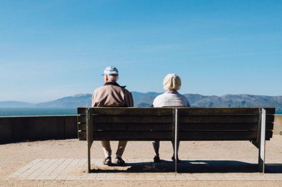 .코로나 백신 맞으러 간 병원에 75세 이상 노인들만 있는 걸 보고 나이 들었음을 실감했다는 엄마와 아빠. [사진 Matthew Bennett on unsplash]