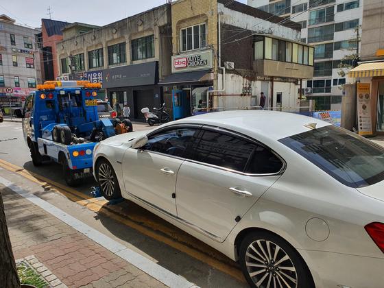 어린이 보호구역 불법 주정차에 대한 과태료가 인상된 첫날인 지난 11일 서울 마포구 한 초등학교 주변 어린이 보호구역에 불법 주차한 차가 견인되고 있다. 최은경 기자
