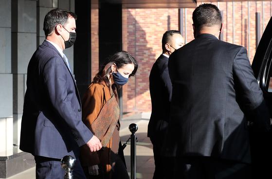 미국의 정보수장 애브릴 헤인스 국가정보국(DNI) 국장이 13일 오전 서울의 한 호텔에서 방한 이틀째 일정을 소화하기 위해 차량으로 이동하고 있다. 뉴스1