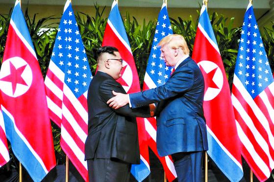 지난 2018년 6월 12일 싱가포르에서 열린 북미 정상회담서 악수하는 도널드 트럼프 당시 미국 대통령과 김정은 북한 국무위원장. 트럼프는 북핵 해결을 위해 정상 대 정상 간 빅딜을 추진했으나 결국 실패했다. [연합뉴스]