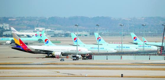 지난 3월 인천국제공항 주기장에 세워진 대한항공과 아시아나 항공기들. [연합뉴스]
