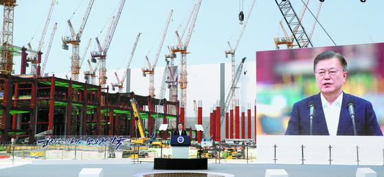 문재인 대통령이 13일 오후 경기도 평택시 삼성전자 평택단지 3라인 건설현장에 마련된 야외무대에서 열린 'K-반도체 전략 보고'에서 모두발언을 하고 있다. [연합뉴스]