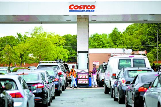 지난 11일(현지시간) 미국 노스캐롤라이나주 주도 샬럿의 코스트코 주유소에 주유하려는 차들이 길게 줄지어 기다리고 있다. [AFP=연합뉴스]
