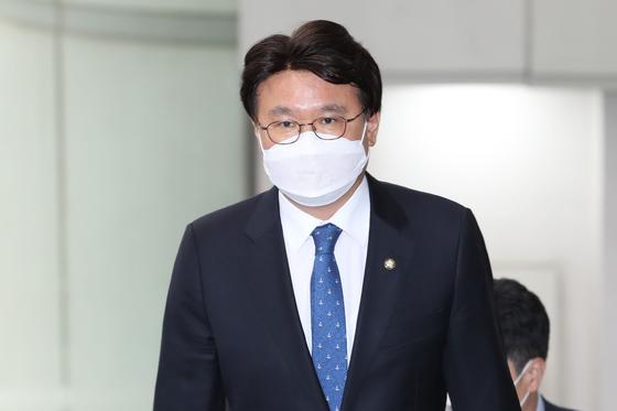 황운하 더불어민주당 의원이 지난 10일 오후 서울 서초구 서울중앙지법에서 열린 공판에 출석하고 있다. 연합뉴스