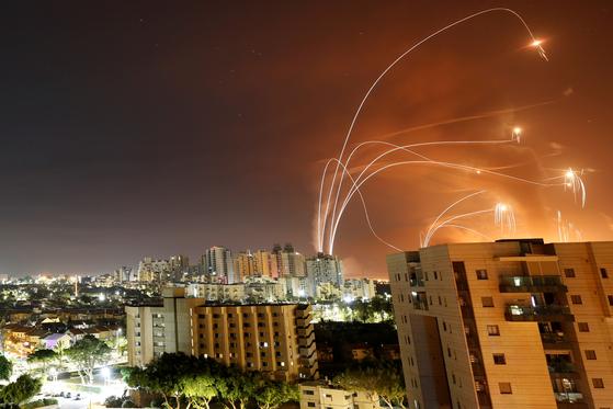 이스라엘 요격미사일이 날아오는 로켓을 요격하고 있다. 연합뉴스