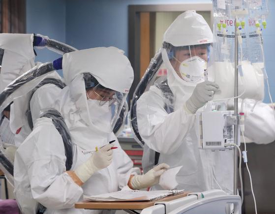 국제 간호사의 날 하루 전인 11일 오전 코로나19 거점 전담병원인 경기도 평택시 박애병원에서 간호사들이 환자를 돌보고 있다. 뉴스1