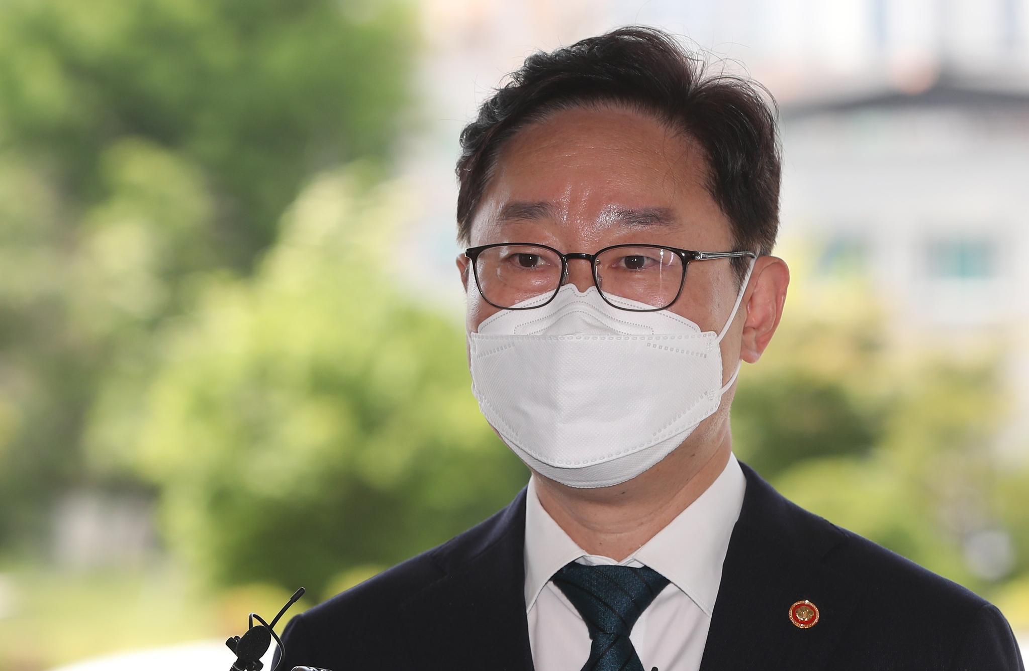 박범계 법무부 장관이 13일 강원 춘천지방검찰청을 방문, 취재진 질문에 답하고 있다. 연합뉴스