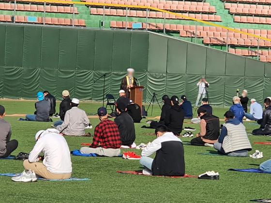 13일 충북 청주야구장에서 이슬람 종교행사 '이드 알 피트르'가 열리고 있다. [사진 청주시]