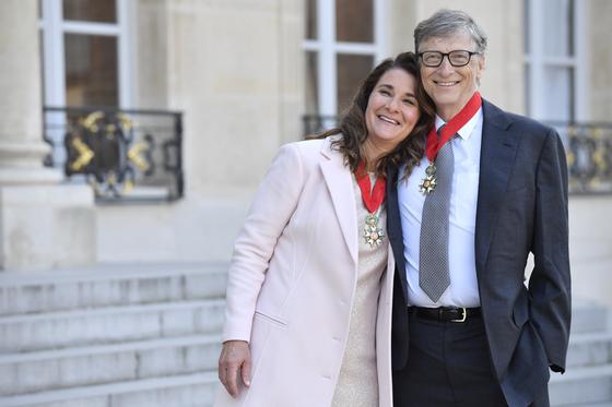 빌과 멀린다 게이츠 부부가 2017년 프랑스 정부로부터 훈장을 받은 뒤 엘리제궁 앞에서 포즈를 취했다.[ EPA=연합뉴스]