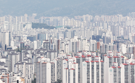 13일 한국부동산원 발표에 따르면 5월 둘째 주 서울의 아파트값이 전주 대비 0.09% 상승했다.   사진은 이날 남산에서 바라본 서울시내 아파트. 연합뉴스