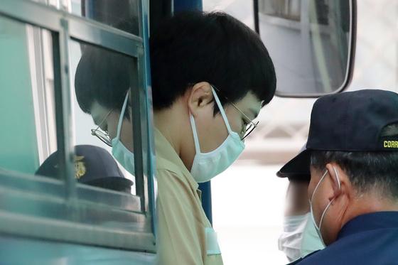 미성년자 성폭행 혐의(아동·청소년의 성보호법에 관한 법률 위반 등)로 구속된 전 유도국가대표 왕기춘이 지난해 6월 26일 대구지방법원에 도착해 법무부 호송버스에서 내리고 있다. 뉴스1