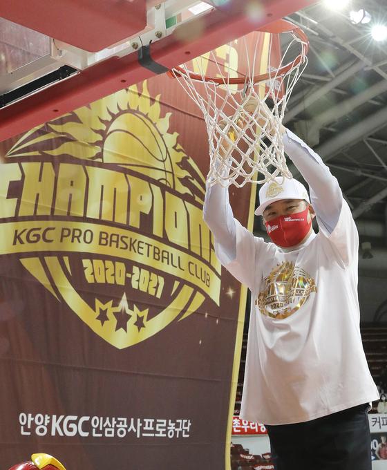 인삼공사가 김승기 감독과 2년 재계약했다. 김 감독은 올 시즌 챔프전 우승을 이끌었다. [뉴스1]