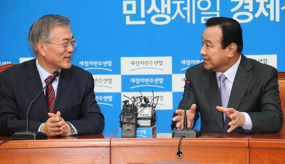 2015년 2월 24일 당시 이완구 신임총리(오른쪽)가 국회에서 새정치민주연합 문재인 대표(왼쪽)와 인사를 나누고 있다. 중앙포토