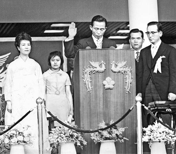 박정희 대통령은 국내외 정책에서 수많은 극적 반전을 보여줬다. 1971년 7월 1일 제7대 대통령 취임선서를 하는 모습이다. [중앙포토]