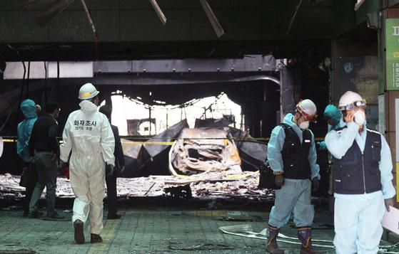 지난 12일 오전 경기 남양주시 도농동의 한 주상복합건물 화재현장에서 합동감식반원들이 화재원인을 조사하고 있다. 뉴스1