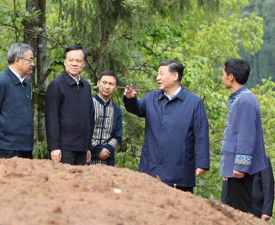 지난 2019년 4월 15일 시진핑(오른쪽 두번째) 중국 국가주석과 함께 차세대 후계자설이 나오는 천민얼(왼쪽 두번째) 충칭시서기와 후춘화(왼쪽 첫번째) 부총리가 충칭시 스주(石柱) 토가족자치현을 시찰하고 있다. [신화=연합뉴스]