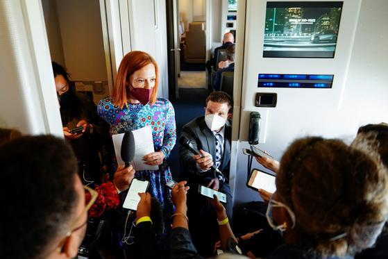 지난달 30일 젠 사키 백악관 대변인이 미국 대통령 전용기 에어포스 원 안에서 '대북 정책 검토'에 대해 설명하고 있다. [로이터=연합뉴스]