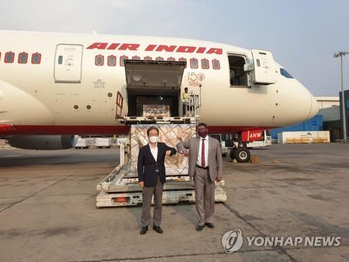 '코로나 대확산' 인도에 한국 정부 의료지원물품 도착. 주인도한국대사관 제공=연합뉴스