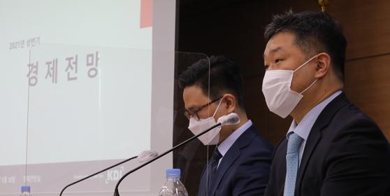 정규철 한국개발연구원(KDI) 경제전망실장(오른쪽)과 조덕상 KDI 전망총괄이 지난 12일 정부세종청사 기획재정부 브리핑실에서 2021년 상반기 경제 전망을 발표하고 있다. 뉴스1
