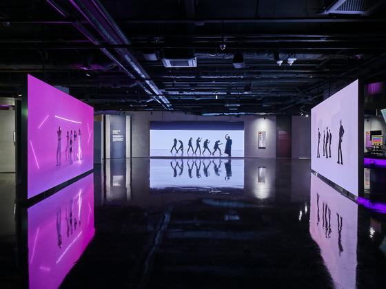 14일 개관한 서울 용산 하이브 신사옥 지하 1~2층에 마련된 '하이브 인사이트'. 기존 음악을 제거한 상태로 각 그룹 멤버들이 안무를 소화하고 있는 영상이 상영되고 있다. [사진 하이브 인사이트]